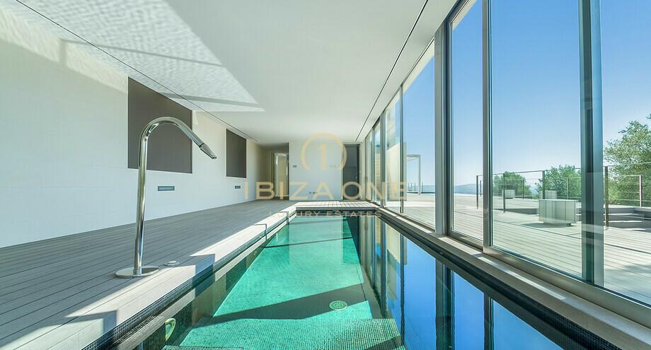 Villa De Luxe Moderne Avec Une Piscine Interieure Et Exterieure A