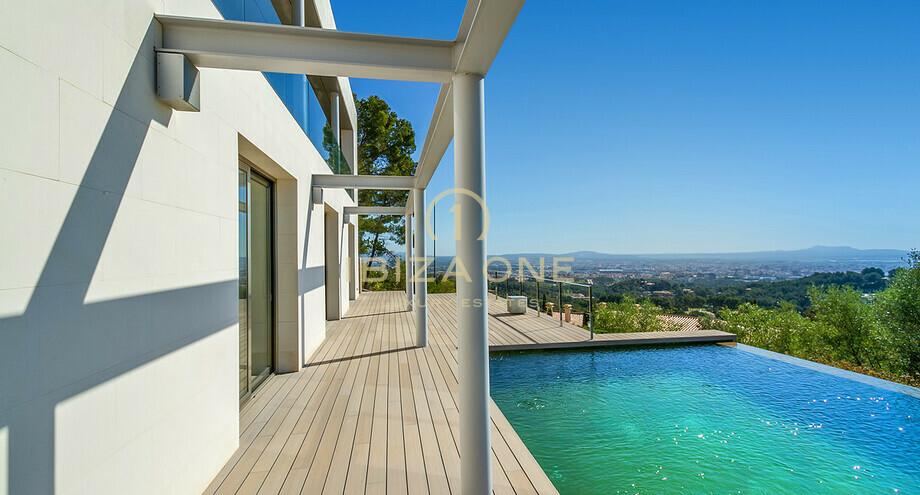 Villa de luxe moderne avec une piscine intérieure et extérieure à ...